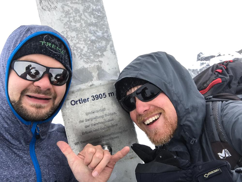 Zwei Bergsteiger im Whiteout am Gipfel des Ortler