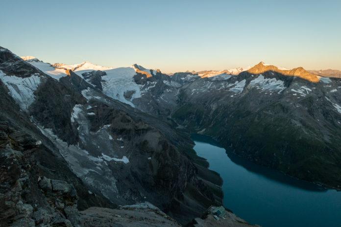 Die ersten Sonnenstrahlen erreichen die umliegenden Gipfel