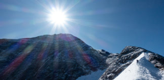Bergsteiger am Kaindlgrat mit dem großen Wiesbachhorn