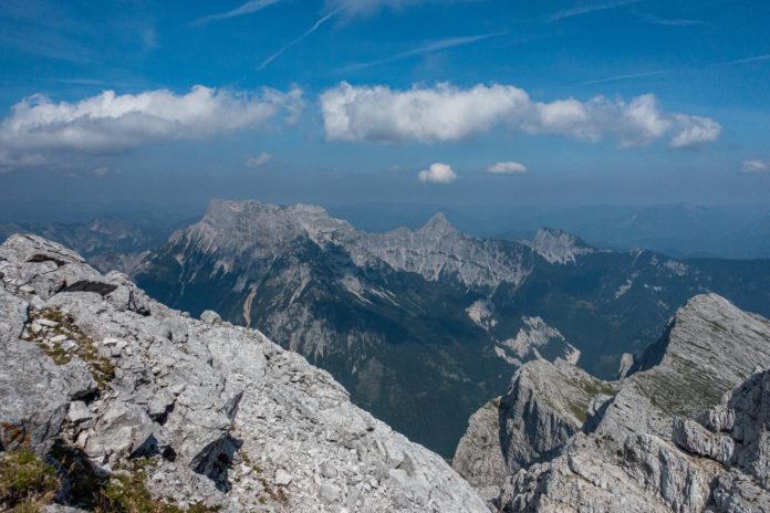 Wunderschöne Aussicht vom Gipfel auf die umliegende Berglandschaft