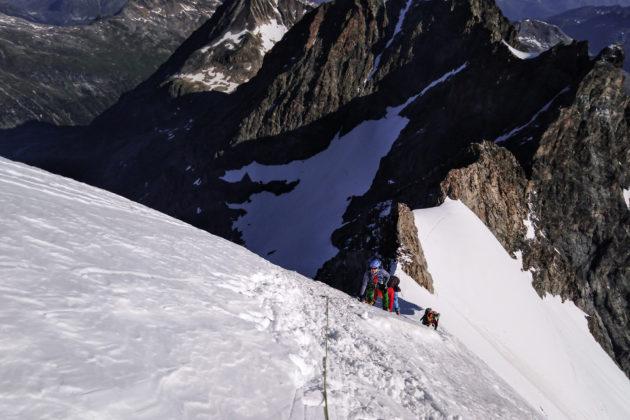 Am steilstes Stück des Biancograts war etwas Blankeis, darum die Seilsicherung