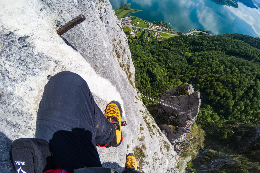 Tiefblicke im Drachenwand Klettersteig