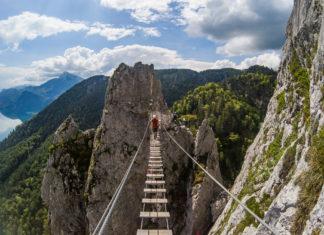 Bergsteiger auf der Hängebrücke am Drachenwand Klettersteig