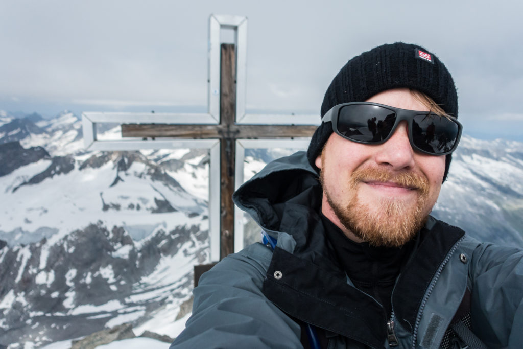Bergsteiger mit Gipfelkreuz