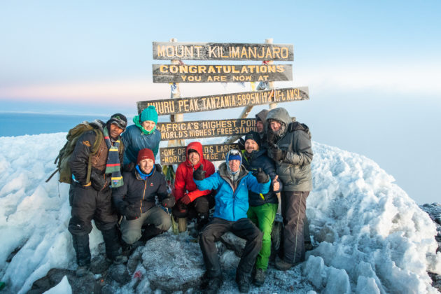 Etwas fertig, aber glücklich am Gipfel des Kilimanjaro