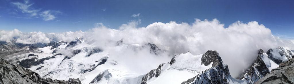 Aussicht auf das umliegende Bergpanorama vom Gipfel des Piz Bernina