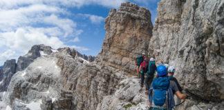 Gruppe von Bergsteiger auf einem Felsband in den Brenta Dolomiten