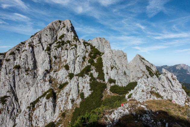 Blick zurück auf den stellenweise ausgesetzten Abstiegsweg vom Steinriesenkogel