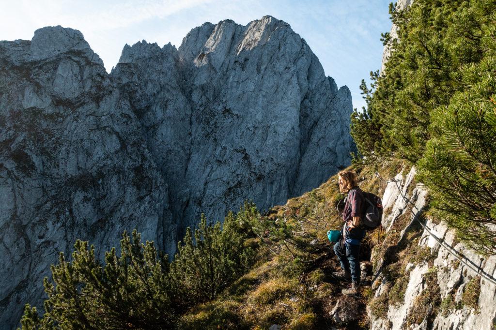 Bergsteiger bei einer Pause im Donnerkogel Klettersteig