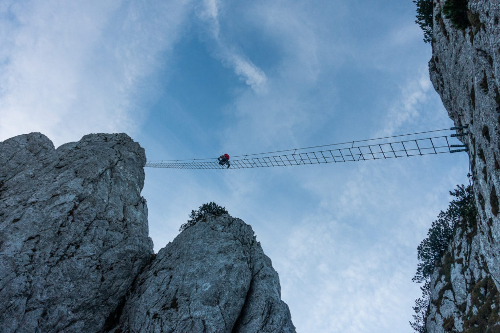 Die berühmte Hängebrücke im Donnerkogel Klettersteig von unten