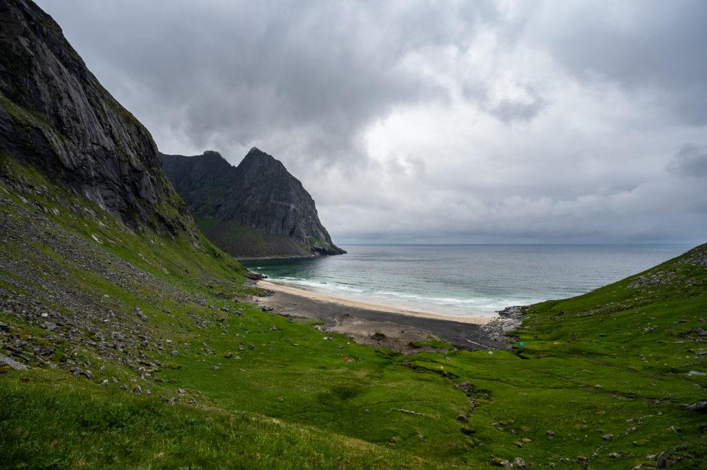 Der Kvalvika Beach auf den Lofoten mit wolkigem Himmel