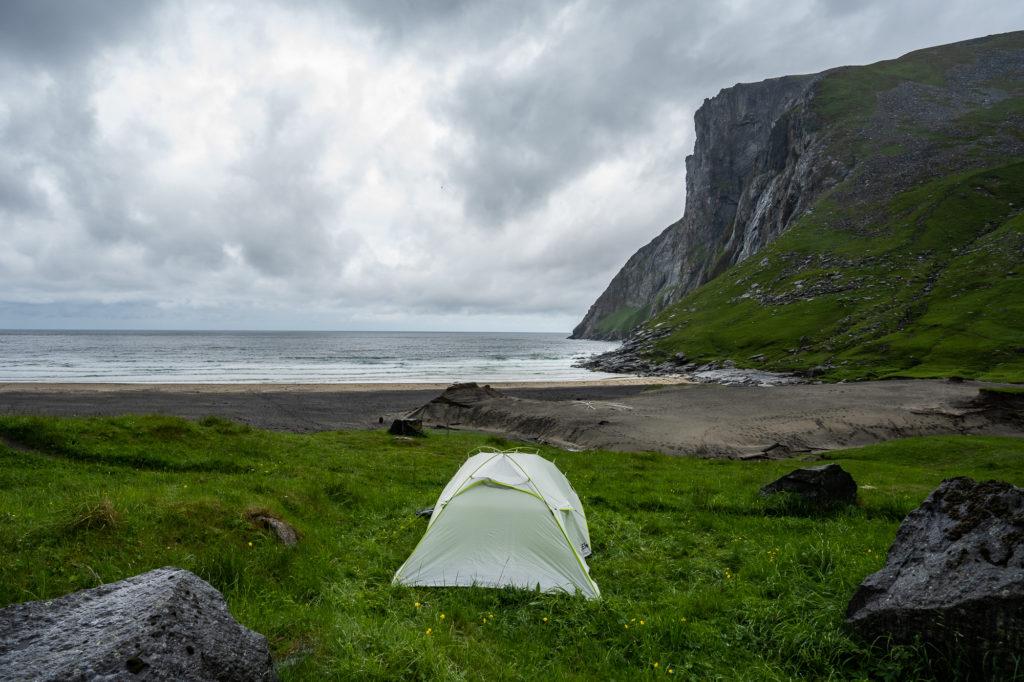 Zelt am Kvalvika Beachauf den Lofoten