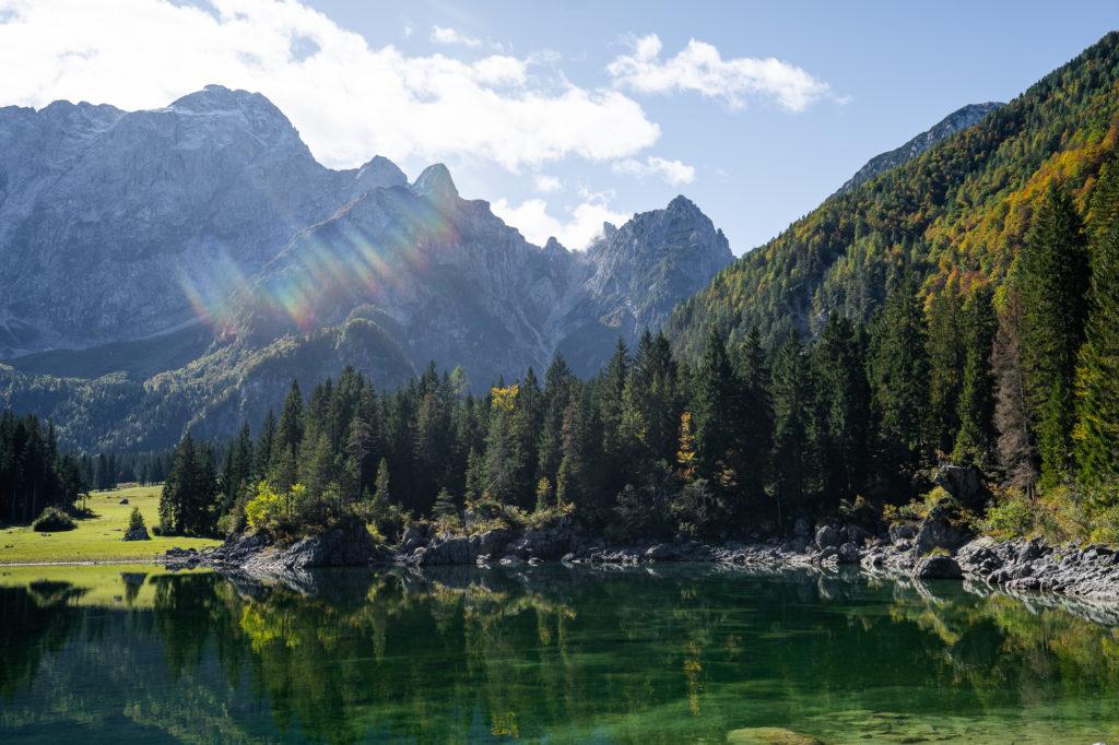 Lago di Predil mit Spiegelung im Wasser