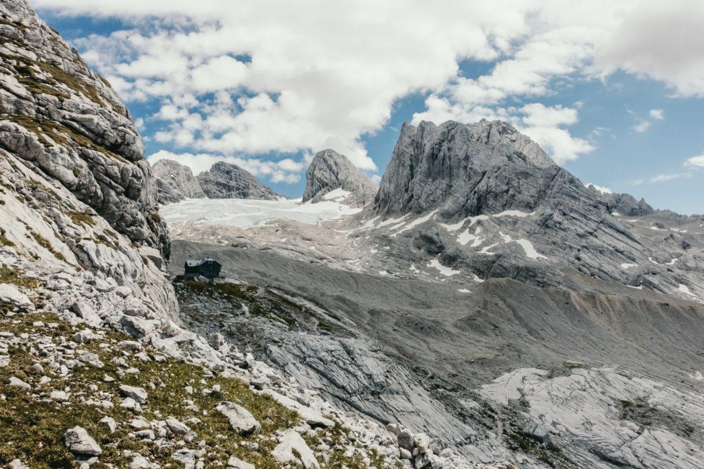 Die Simonyhütte mit dem Dachstein im Hintergrund