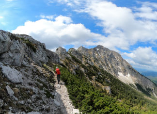 Bergsteiger am Weg auf den Ötscher über den Rauhen Kamm