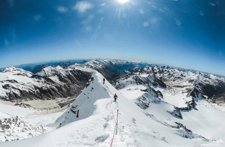 Bergsteiger am Gipfelgrat des Großglockners