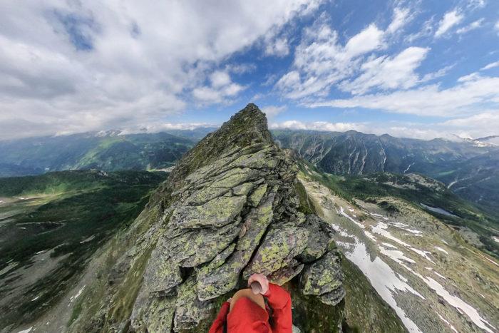 Bergsteiger unterwegs am Andreasweg Richtung Gipfel des Graukogels im Gasteinertal