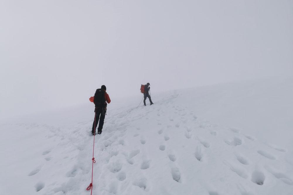 Bergsteiger im White Out am Gletscher vom Dachstein