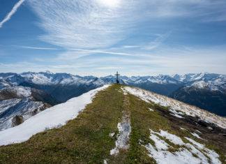 Das Gipfelkreuz am Gamskarkogel mit umliegender Berglandschaft
