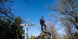 Wanderer beim Gipfelkreuz des Geschriebenstein