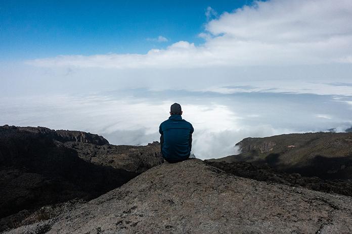 Bergsteiger am Kilimanjaro über den Wolken